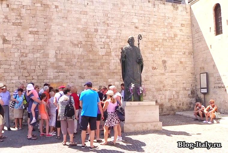 Скульптура Николая Чудотворца возле храма
