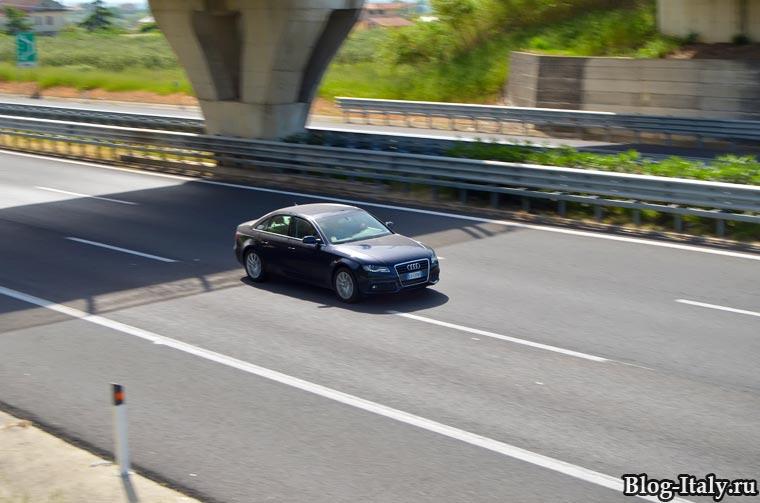 Автомобиль едет по автомагистрале в Итали