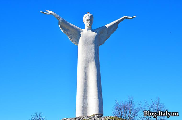 Статуя Христа Спасителя в Маратее