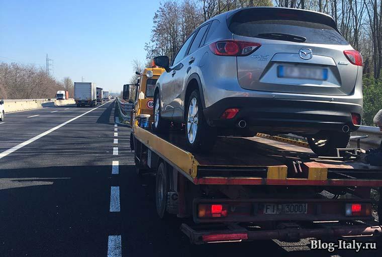 автоэвакуатор на итальянской автомагистрали