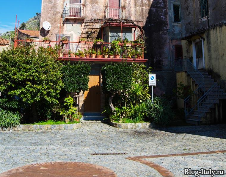 Площадь при входе в исторический центр Скалеи