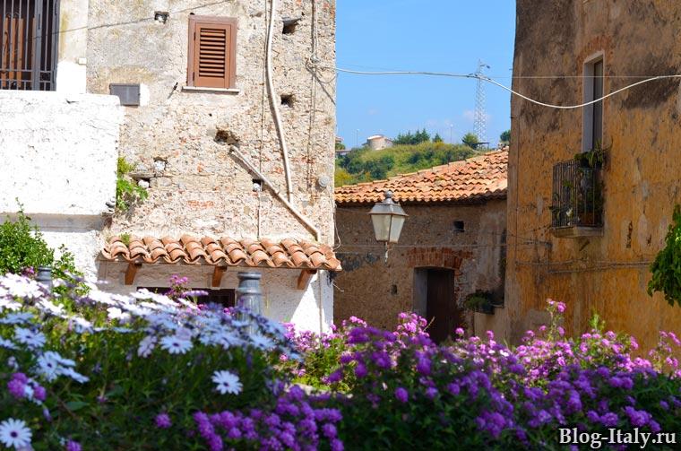 Исторический центр Скалеи засаженные цветами