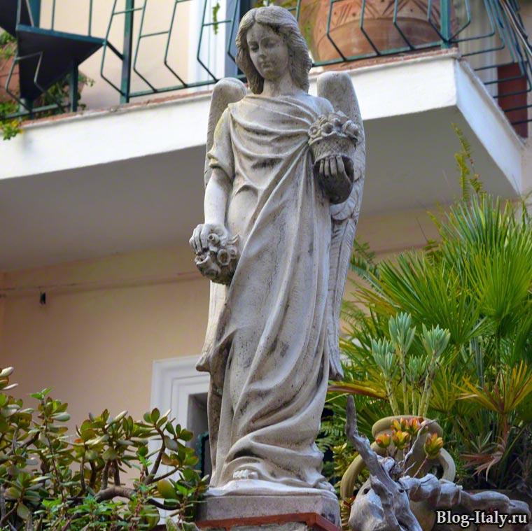 Скульптура ангела в старой Скалее