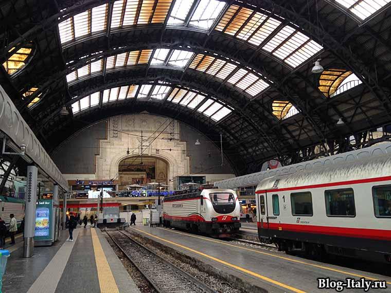 поезд Trenitalia на вокзале