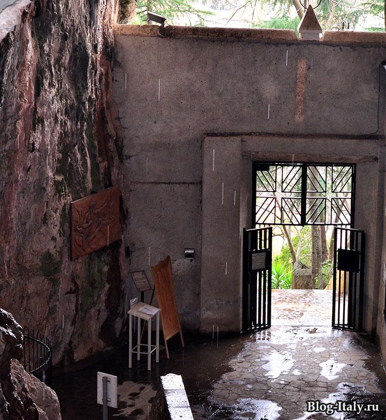 Двери церкви в скале