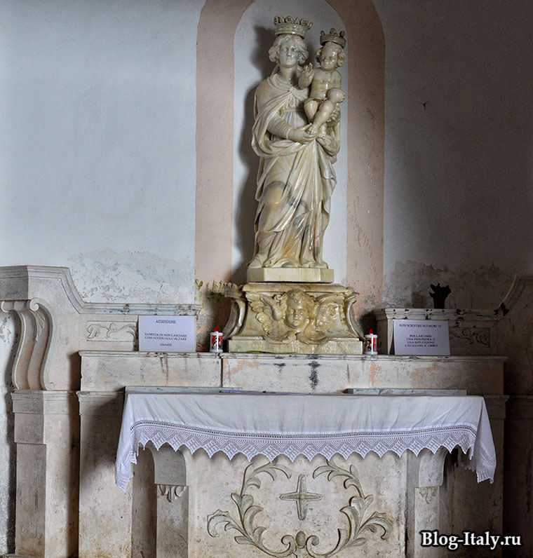 Главная скульптура Святилища Мадонны делла гротта