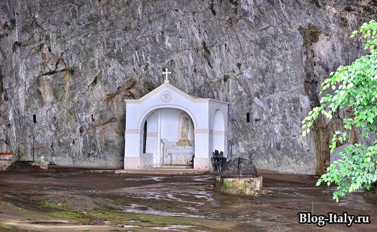Алтарь где стоит главная статуя Святой Марии