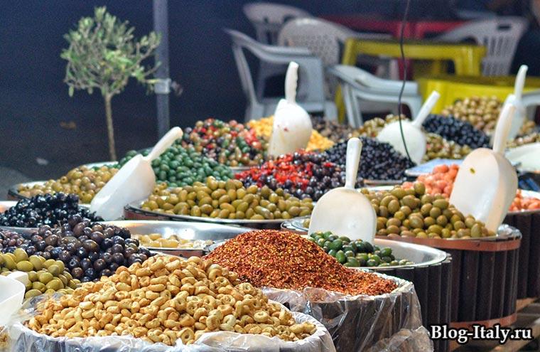 Прилавок с оливками в Италии