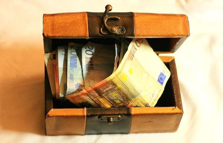 деньги в шкатулке