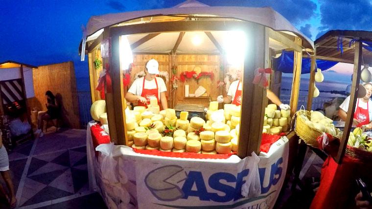 продавец сыра на фестивале острого перца в Диаманте