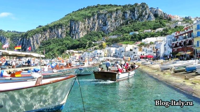 Туристы в экскурсионной лодке на Капри